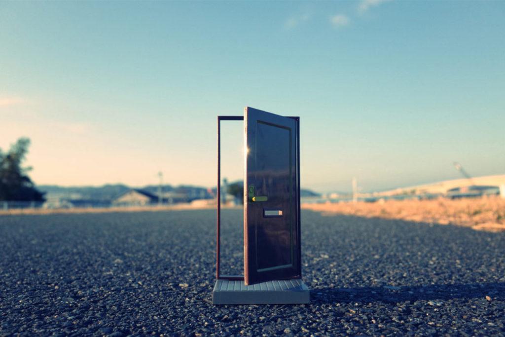 photo d'une porte sans mur ouverte