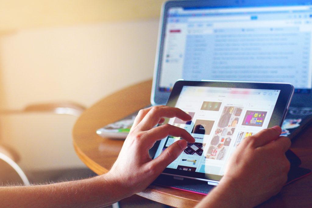 Mains utilisant une tablette