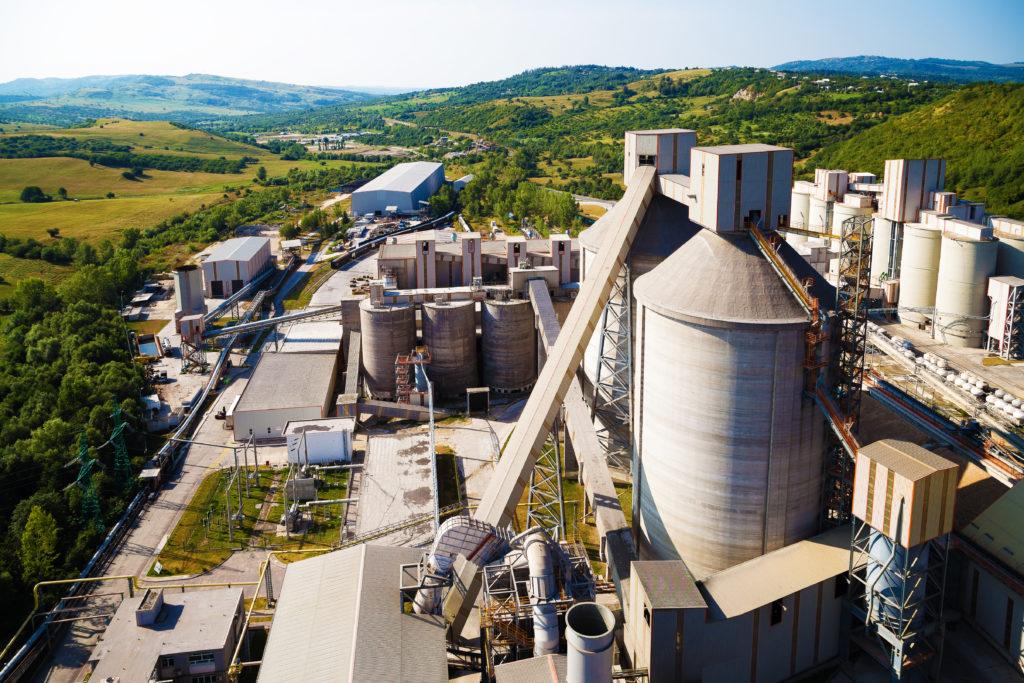 Photo vue du ciel d'une usine de matériaux