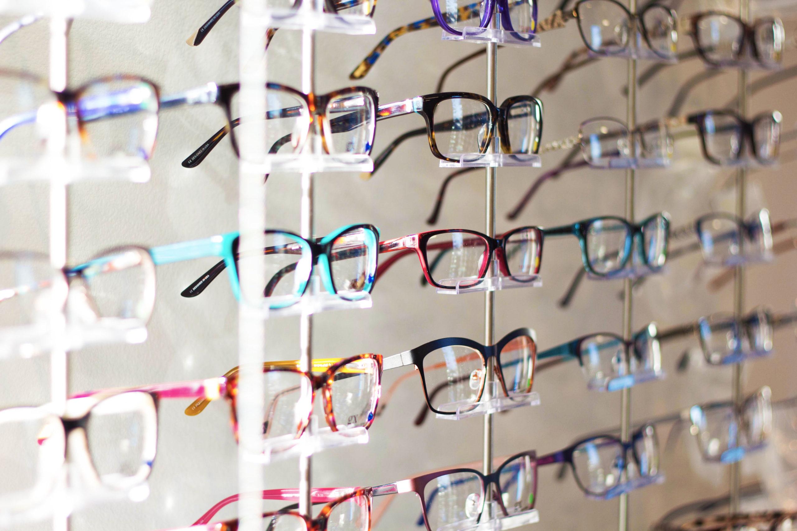 Mur de lunettes chez opticien