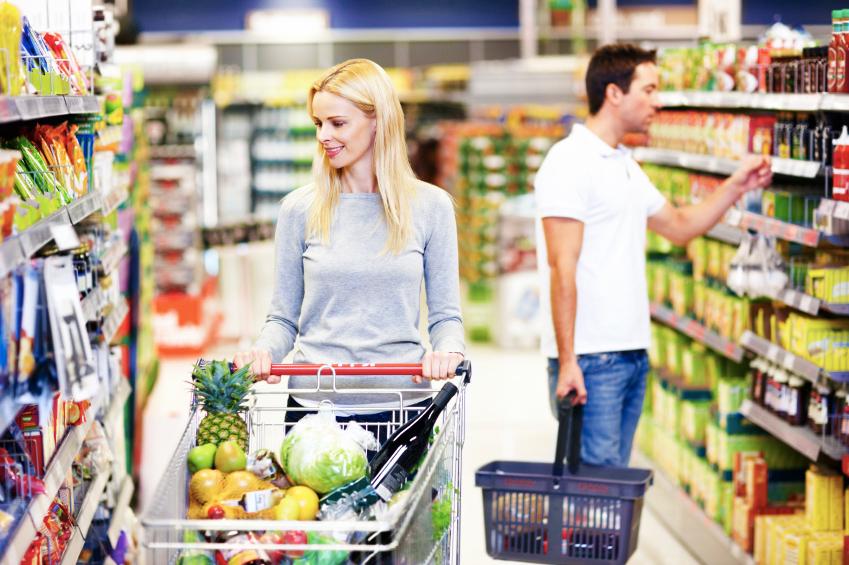 Femme et homme dans un supermarché