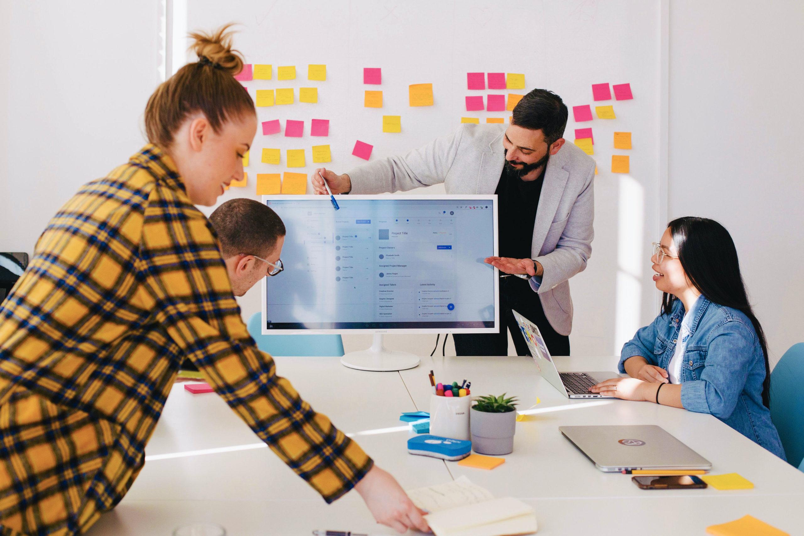 Collaborateurs en formation dans une salle de réunion