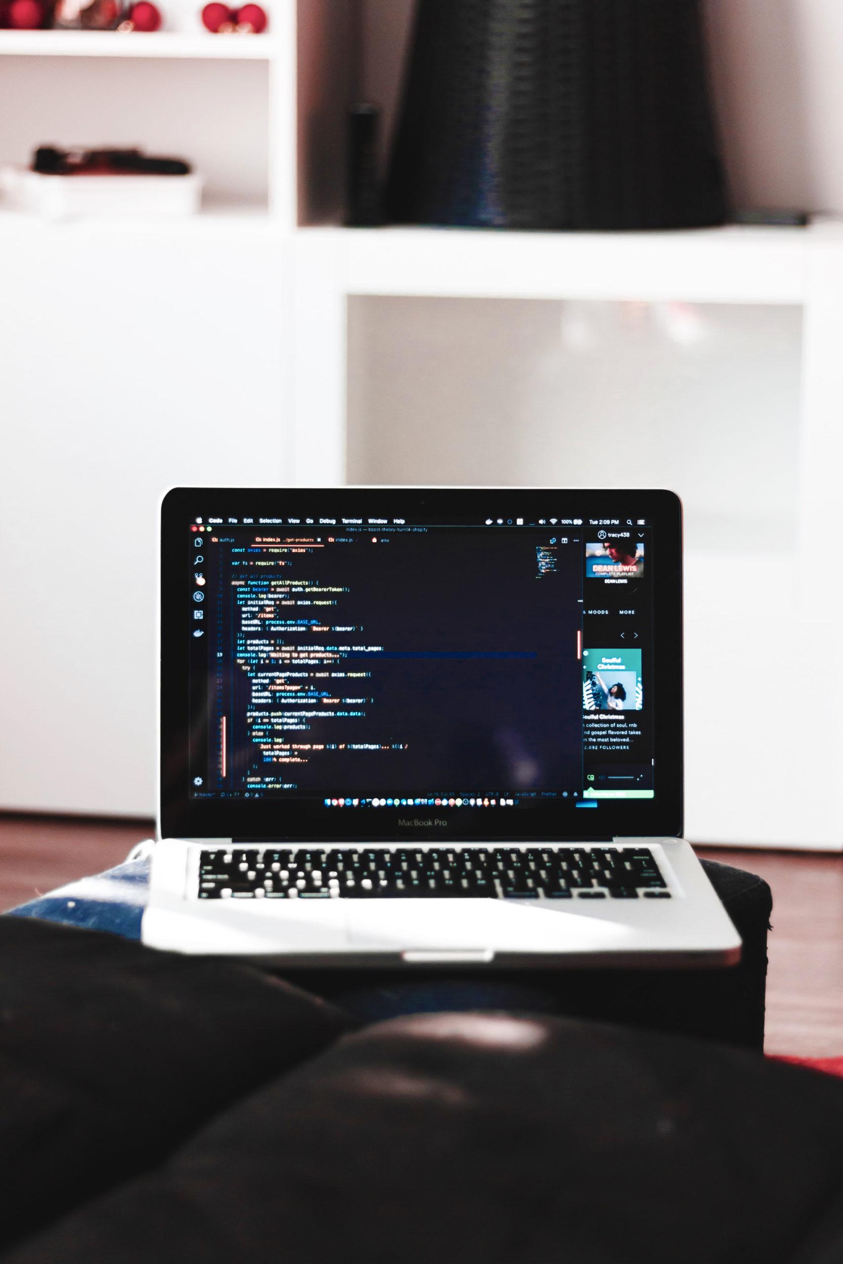 ordinateur sur un bureau