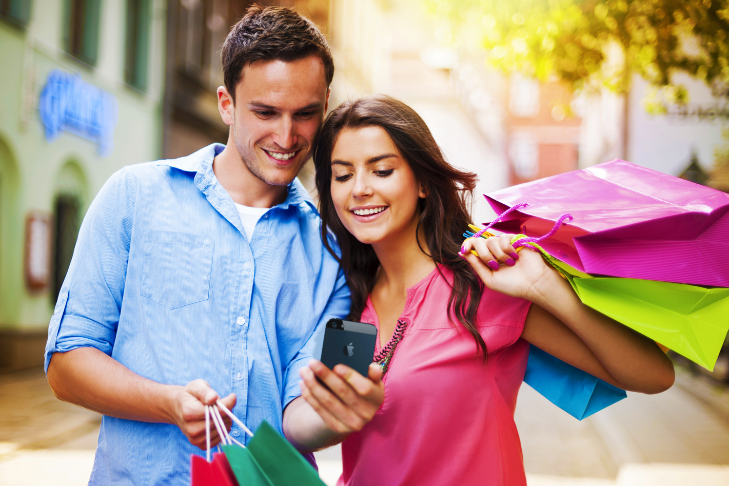 femme et homme en séance shopping regardant un téléphone