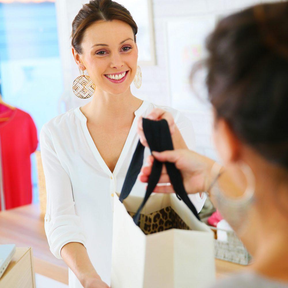 Vendeuse donnant un sac à une cliente
