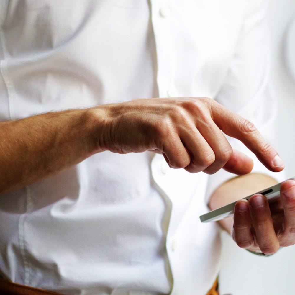 Homme utilisant son téléphone tactile