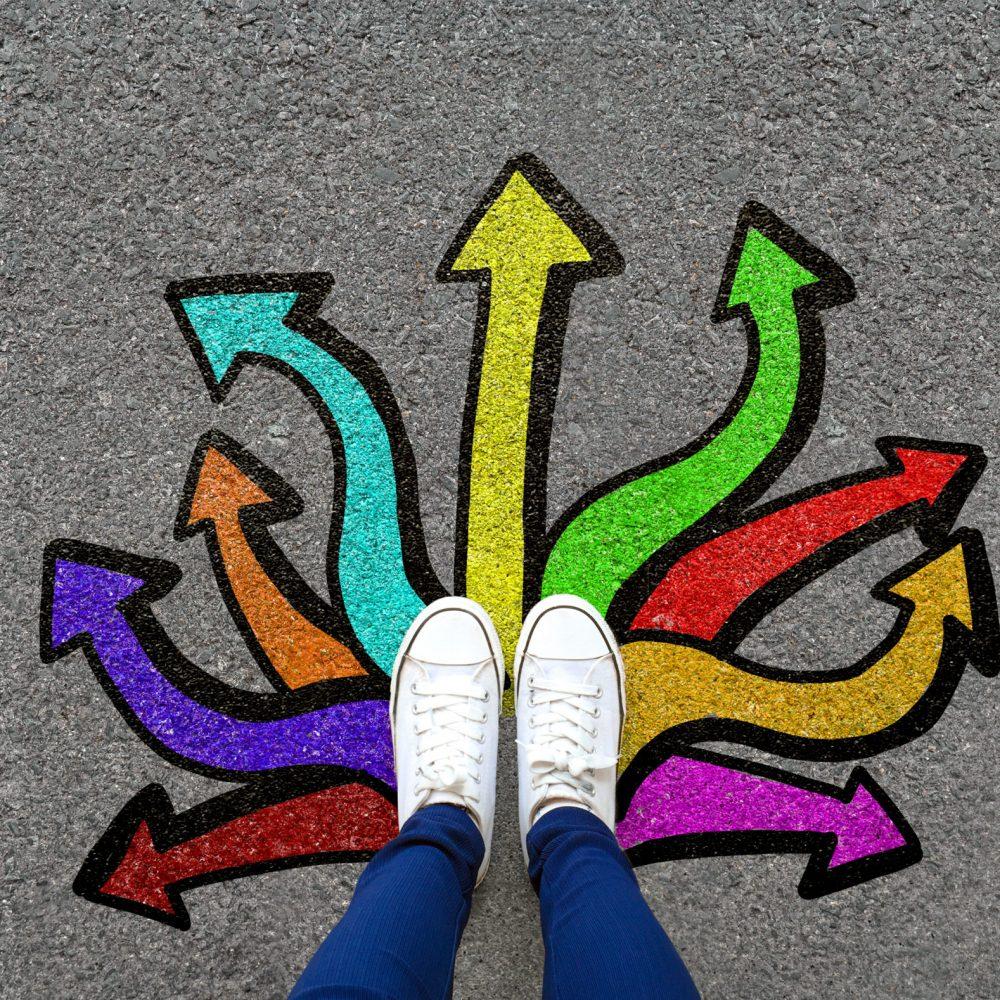 pieds vus de haut placés sur des tags en forme de flèche menant vers plusieurs directions