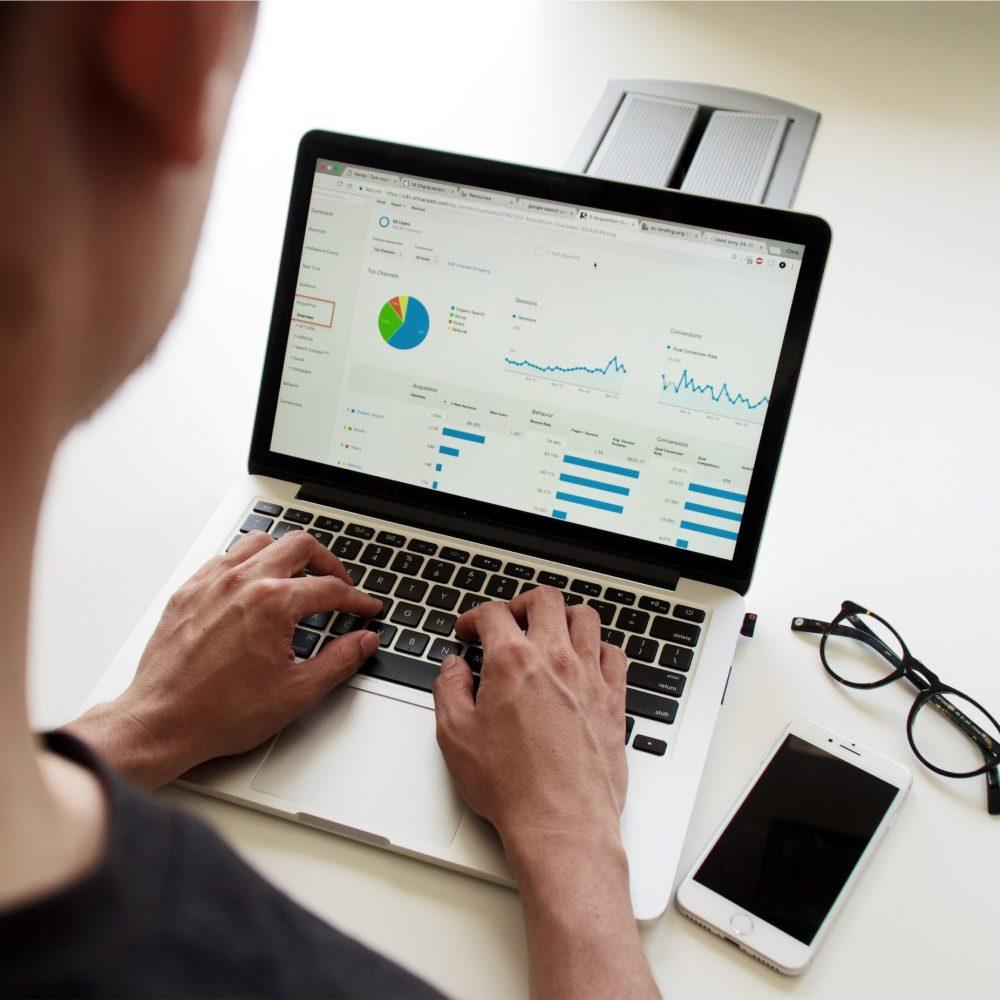 homme devant ordinateur avec visualisation des données